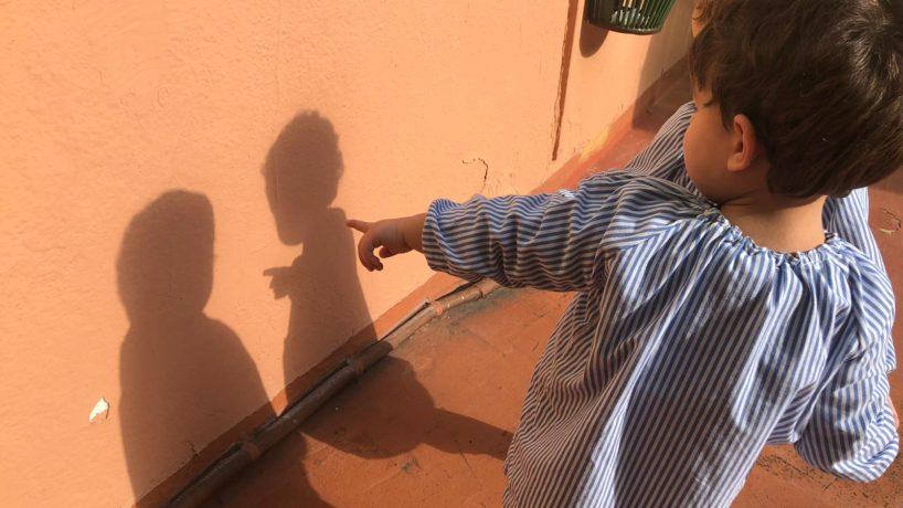 Ens divertim amb ombres al pati