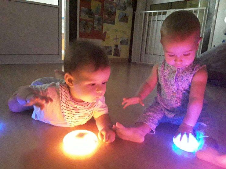 A la classe dels Turqueses ens encanta jugar amb les llums.
