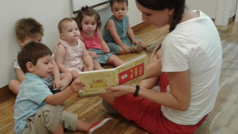 Gaudim de l'estona de contes en anglès amb la Mireia