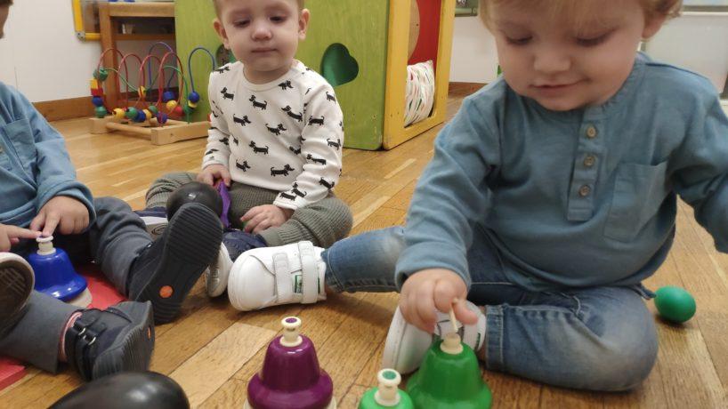 A la classe dels verds ens ho passem d'allò més bé fent música!